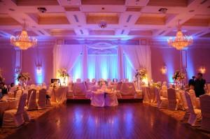 Her ett lokale klart for bryllupsgjester, bader seg i lys.